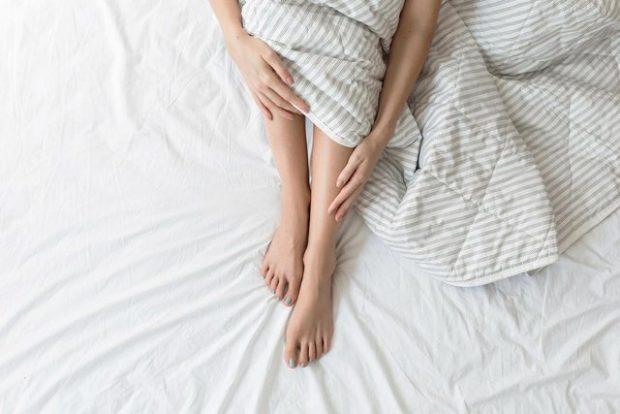 A JANË NORMALE DHIMBJET E KËMBËS GJATË NATËS? Mjekët ju tregojnë kur duhet të shqetësoheni dhe kur jo