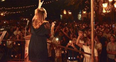 KËTU ËSHTË SERIOZE/ Në Greqi këngëtarja shqiptare del në skenë me reçipeta (FOTO)