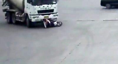 E PABESUESHME/ Betonierja fut në rrota skuterin me nënë e bir (VIDEO)