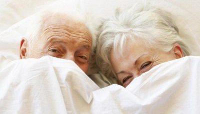 FAMILJA NUK ËSHTË DAKORD/ Çifti i 85 vjeçarëve shumë qejflinj, i gjeti mbesa duke bërë seks