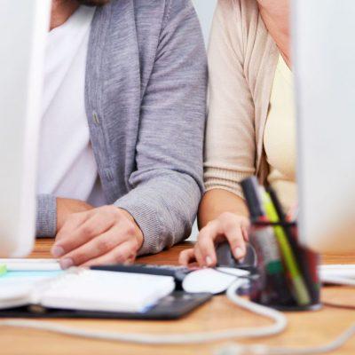 ROMANCË NË ZYRË/ Ja si të sillesh në vendin e punës me kolegun që ke fiksim