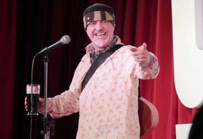 PAK ÇASTE PASI FOLI PËR ATAKET KARDIAKE/ Komediani  i njohur vdes në skenë (FOTO)