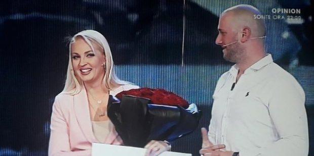 SA ROMANTIK/ Florjan Binaj surprizon bashkëshorten në emision (FOTO)