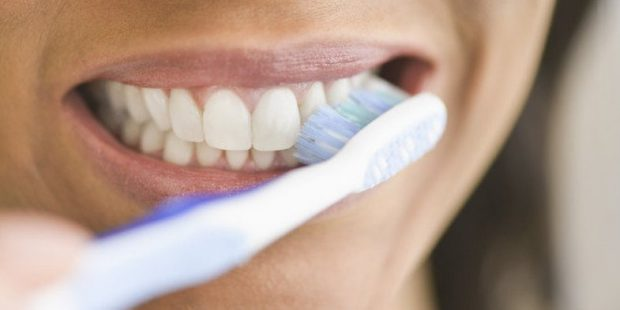 DUHET TË KENI KUJDES/  Mos i bëj më këto gabime kur të lash dhëmbët