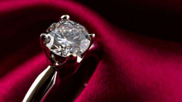 ISHTE E FEJESËS/ Pasardhësi i Napoleon Bonaparte rimerr unazën e vjedhur 1 milionë paund