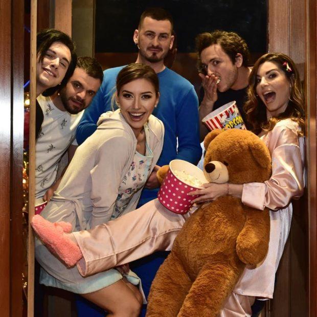 JO KOSTUME DHE FUSTANE/ Të ftuarit i shkojnë Jonidës në emision me pizhame (FOTO)