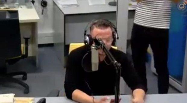 PLASËN ÇOKOLLATAT/ Moderatori shqiptar puth të ftuarën në mes të emisionit