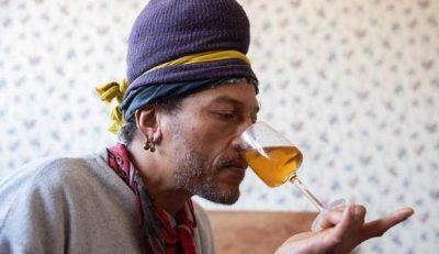 E PABESUESHME/ Ky burrë shtoi potencën seksuale duke nuhatur urinën e tij çdo ditë