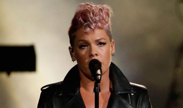 E ULUR NË GJUNJË DUKE PASTRUAR/ Pink i habit të gjithë me veprimin e saj (FOTO)