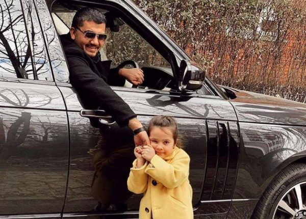 """NË HAPAT E BABAIT/ Ermal Fejzullahu realizon """"duetin"""" më të bukur me vajzën e tij (VIDEO)"""