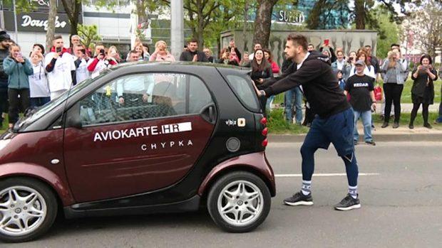 THYEN REKORDIN BOTËROR/ Një kroat shtyn 730 kg makinë për 100 km