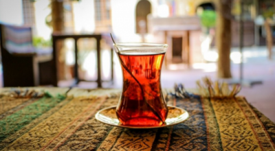PËR RRITJEN E FLOKËVE DHE PARANDALIMIN E RËNIES/ Mësi duhet ta pini çajin e zi