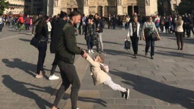 """KËRKOHEJ NGA E GJITHË BOTA/ Bëhet i """"gjallë"""" babai që luante me vajzën para katedrales """"Notre Dame"""""""