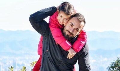 SHUMË SHPEJT BLOGERE/ Florian Agalliu mbështet në çdo hap vajzën e tij (VIDEO)
