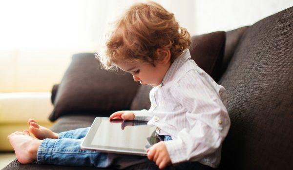 KUJDES! Fëmijët nën një vjeç nuk duhet të qëndrojnë as një minutë përpara ekraneve