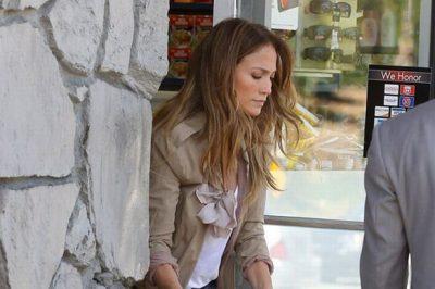 KUSH E NEVRIKOSI?  Jennifer Lopez i përshëndet paparacët me dy gishta