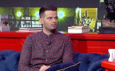 """""""FTOJMË PALAÇO PËR KLIKIME""""/ Moderatorin shqiptar e zë koka nga personazhet në emision"""