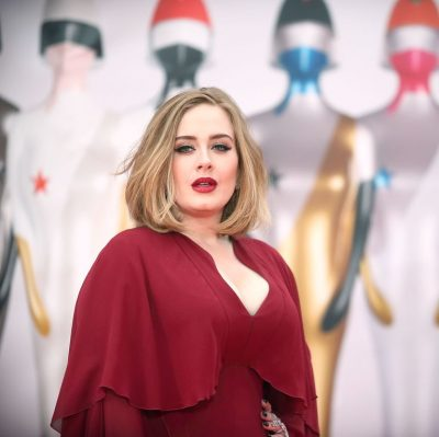 PAK PAS NDARJES NGA BASHKËSHORTI/ Adele paska një të dashur të ri dhe dikush i pa duke u puthur