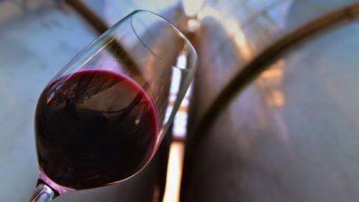 ÇFARË FATI! Klientëve u shërbehet verë 5700 dollarëshe gabimisht (FOTO)