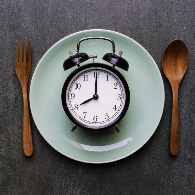 DIETA AGJËRUESE 16:8/ Ja përfitimet që keni nga regjimi që ju lejon të hani 8 orë nga 24