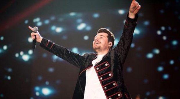 ALBAN SKËNDERAJ KA FANSA EDHE NË KINË/ E pabesueshme ç'bëjnë për këngëtarin (FOTO)