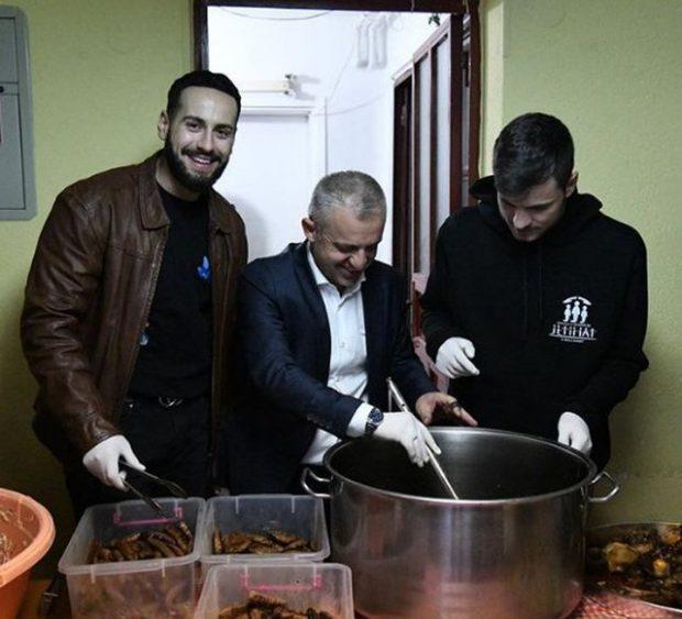GJESTI PËR TU ADMIRUAR I CAPITAL T/ Reperi shqiptar shtron iftar për 310 persona (FOTO)