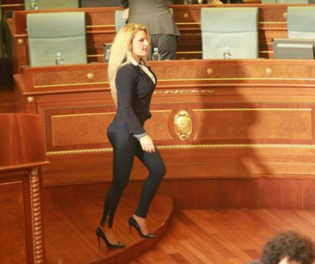 ÇMENDI KUVENDIN ME LINJAT SEKSI/ Deputetja shqiptare nis agjërimin e mbuluar me shami (FOTO)