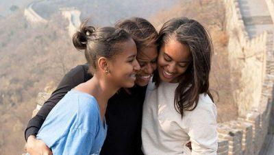 """""""MENDOJ SHPESH SI MË RRITI NËNA""""/ Michelle Obama feston me të bijat dhe kujton të shkuarën e vështirë"""