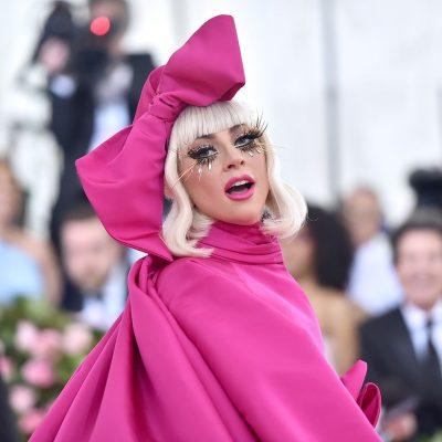 KJO MET GALA PASKA QENË PËR TË/ 4 veshje në tapetin e kuq, rikthehet Lady Gaga e vjetër