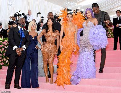 PRISNI SE KA AKOMA/ Motrat Kardashian-Jenner u shndërruan në festën pas Met Gala dhe u mahnitëm