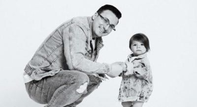 BABA PËR HERË TË PARË/ Eno Popin e gjen belaja pas lindjes së të bijës (FOTO)