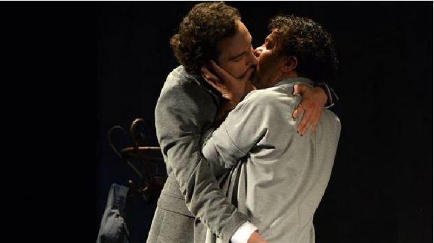 """""""ENGJËJT E AMERIKËS""""/ Skena të forta mes aktorëve shqiptarë, shkëkëmbehen puthje homoseksuale"""