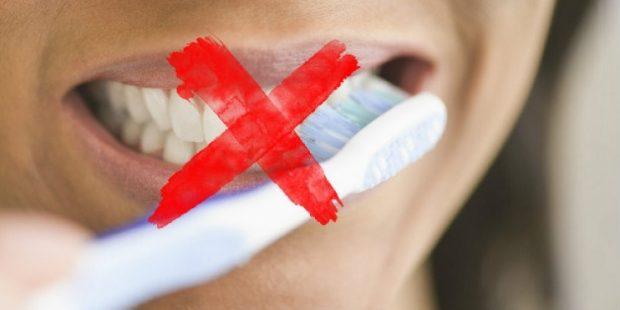 KINI KUJDES/ Njihuni me 5 GABIMET e zakonshme që i bëjmë të gjithë me larjen e dhëmbëve