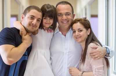 JON GJEBREA FESTON DITËLINDJEN JASHTË SHQIPËRISË/ Babi Arditi i bën dedikimin emocionues (FOTO)