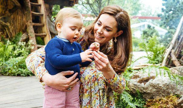 FAMILJA MBRETËRORE SI GJITHË TË TJERAT/ Princi Louis vesh rrobat e vëllait më të madh