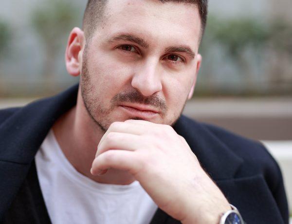 """""""JAM BANAL DHE HAKMARRËS""""/ Moderaori shqiptar befason me përgjigjet (FOTO)"""