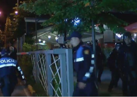 MINUTË PAS MINUTE/ Protestuesit hedhin shashka drejt drejtorisë së policisë