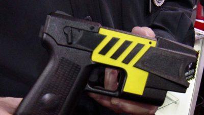 """ARRESTOHET BABAI I """"ÇMENDUR""""/ Përdorte pistoletë elektrike për të disiplinuar fëmijët"""