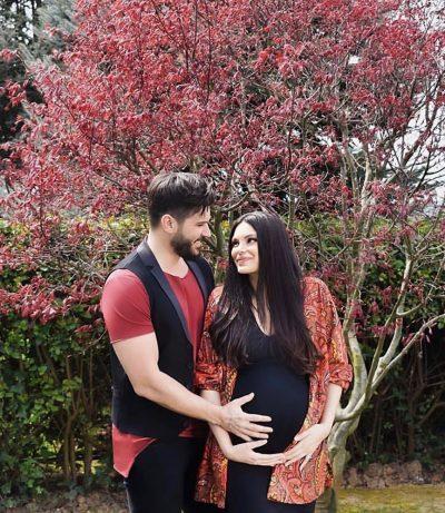 ALMEDA DHE TOLGAHAN BËHEN PRINDËR/ Të gjitha detajet e lindjes, nga emri tek pesha e bebes (FOTO)
