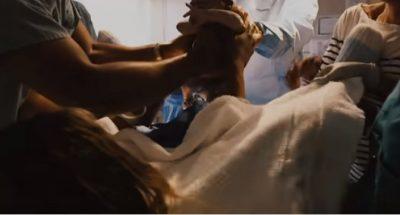 PËR HERË TË PARË/ Këngëtarja e njohur publikon momentet emocionuese nga lindja e vajzës (VIDEO)