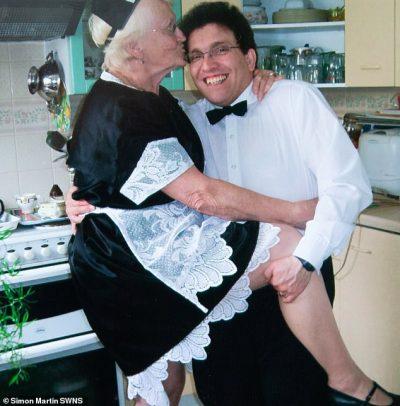 E KA BURRIN 40 VITE MË TË VOGËL/ Flet gjyshja 83-vjeçare: Vazhdojmë te kemi një jetë aktive intime