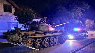 SHOFERI I DEHUR TERRORIZON BANORËT/ Shfaqet me tank në mes të qytetit