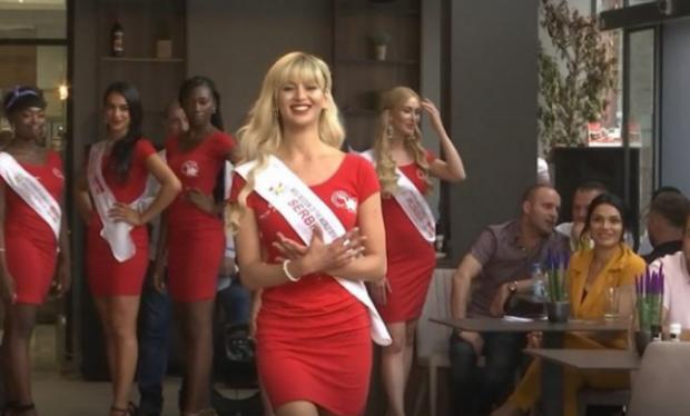 E PAPRITUR/ Miss Serbia bën shqiponjën me duar në mes të sfilatës