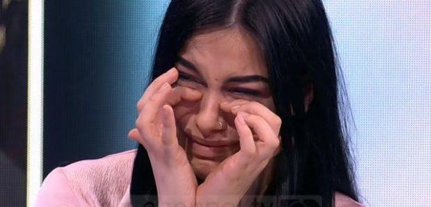 """""""E KAM PIKË TË DOBËT""""/ Moderatorja shqiptare qan në emision (FOTO)"""