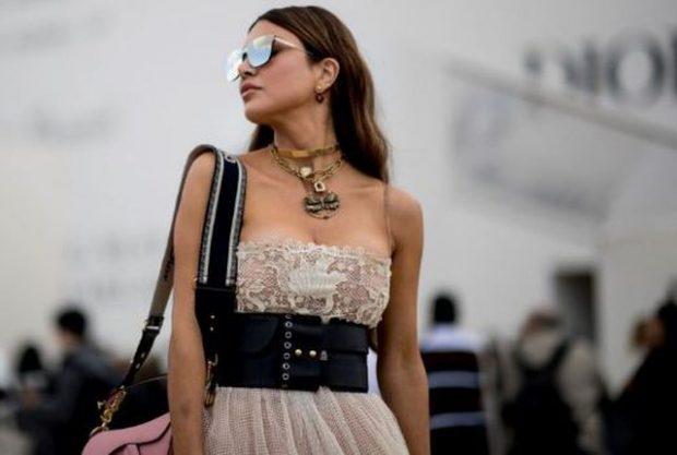 DUHET TI SHIHNI/ Si të kombinoni fustanet e gjatë duke i dhënë qytetit një prekje romantike