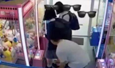 VAJZA NUK E KISHTE MENDJEN/ 29-vjeçari i fut celularin poshtë fundit për ta fotografuar (VIDEO)