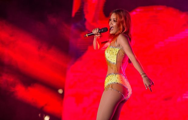 POZOI PRANË AVIONIT/ Rita Ora emocionon publikun shqiptar: Ja përse i kam flokët e kuqe