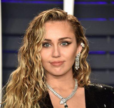 VIDEO SHQETËSUESE/ Një burrë kap me forcë dhe puth Miley Cyrus-in në mes të rrugës