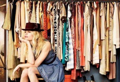 DISA HILE TË VOGLA/ Ja si ta bëni fustanin tuaj të vjetër të duket si i ri