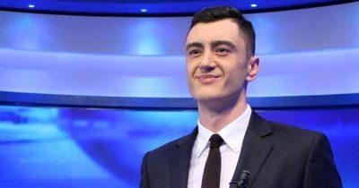 FESTOI DITËLINDJEN/ Drini Zeqo surprizohet në mes të edicionit të lajmeve (VIDEO)